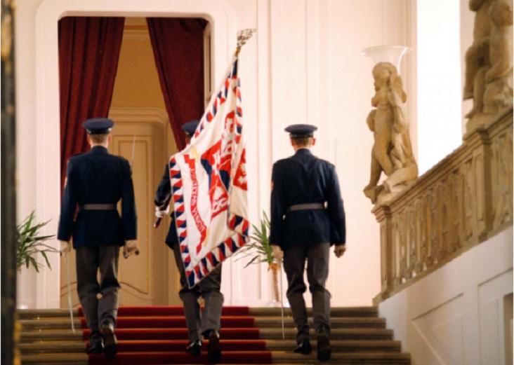 Vojáci Hradní stráže odnášejí prezidentskou standartu poté, co Václav Havel oznámil svou abdikaci (20. 7. 1992) Zdroj: ČTK Autor: Michal Krumphanzl
