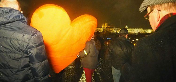 Marek Hilšer a Pavel Fischer donesli na Hrad srdce jako vzpomínku na Havla