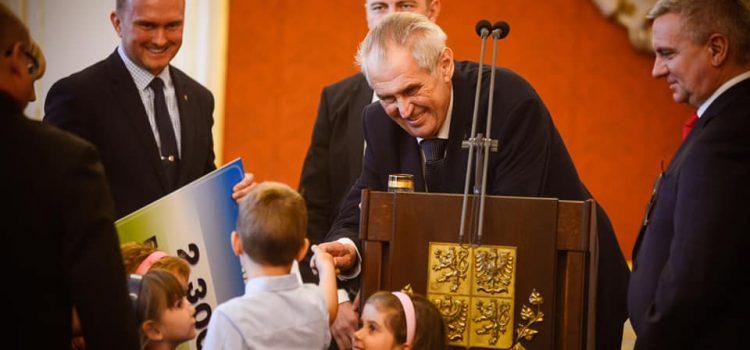 Zeman daroval dalších téměř 5 milionů na charitu, děti z Klokánků mu přišly zazpívat