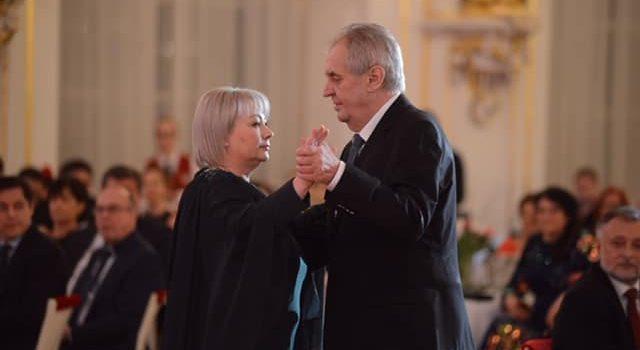 Prezident Zeman chystá oslavu výročí své inaugurace, na Hradě zazpívá francouzská legenda
