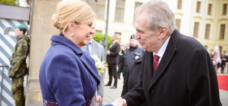 Prezident Zeman přivítal na Hradě chorvatskou prezidentku Kitarovičovou