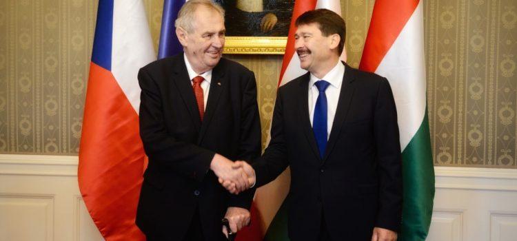 Zeman se v Budapešti setkal s maďarským prezidentem Áderem