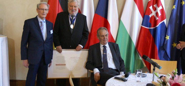 Prezident předal cenu sv. Vojtěcha za mír, svobodu a spolupráci v Evropě Peteru Zajacovi