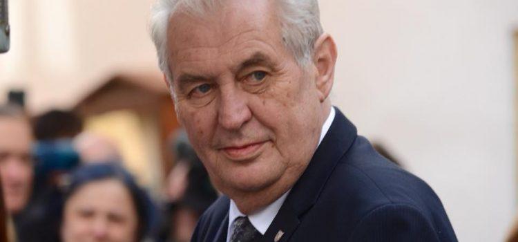 Bývalý diplomat chystá na Pražském hradě demonstraci proti Zemanovi