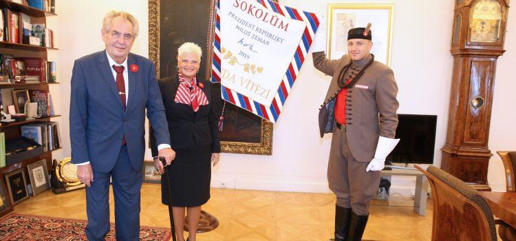 Česko si dnes připomíná Památný den sokolstva, prezident věnoval Sokolům prapor