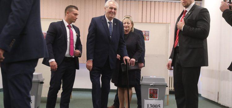 Prezident by zákon o jednodenních volbách vetoval, je zastáncem volební povinnosti