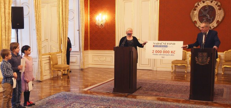 Prezident Zeman předal Fondu ohrožených dětí dar ve výši dvou milionů korun